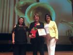 """Dr. Nelia Fonseca recibiendo el premio """"Añañuca 2019, que reconoce la labor de las mujeres en la Música Chilena."""