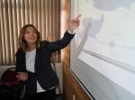 La académica mexicana Gloria González exponiendo ante el departamento de Educación UMAG.